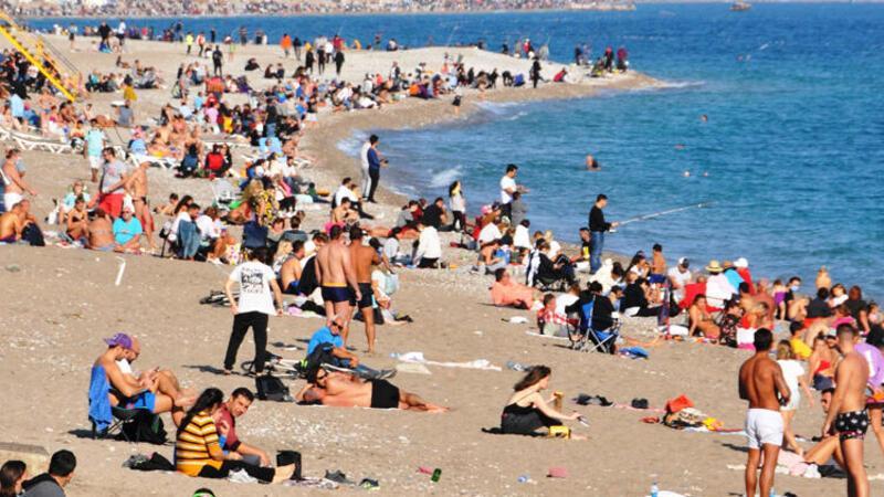 Görüntüler Antalya'dan... Kısıtlamanın ardından dünyaca ünlü sahile akın ettiler