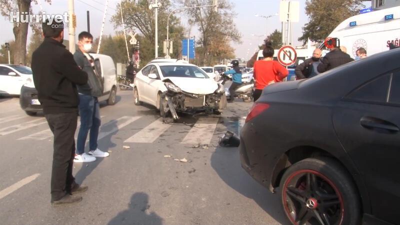 Otomobiller çarpıştı, yolun karşısına geçmek isteyen yaşlı adam direğin altında kaldı