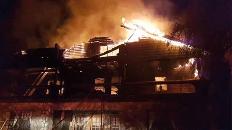 Çıkan yangında iki katlı ev kullanılamaz hale geldi