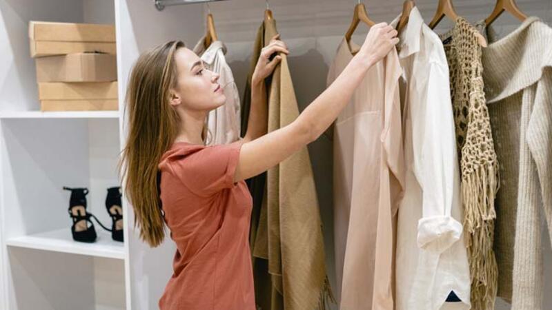 Bir ömür modası geçmeyen kıyafet dolabı nasıl hazırlanır?