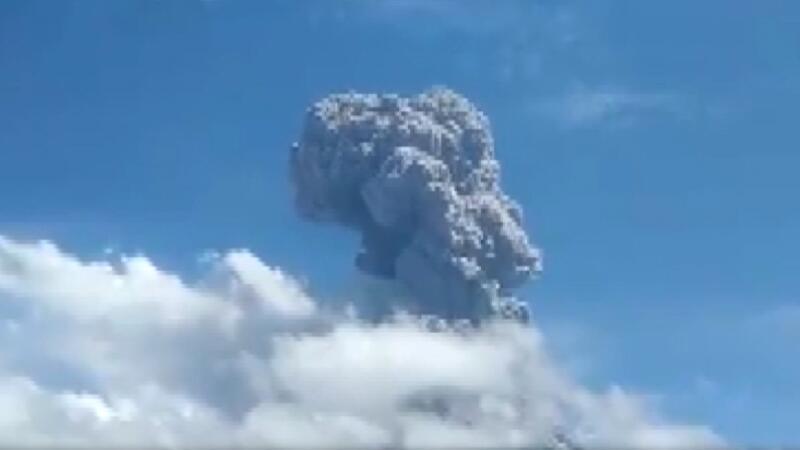 Endonezya'daki Ili Lewotolok Yanardağı'nda ardı ardına patlama