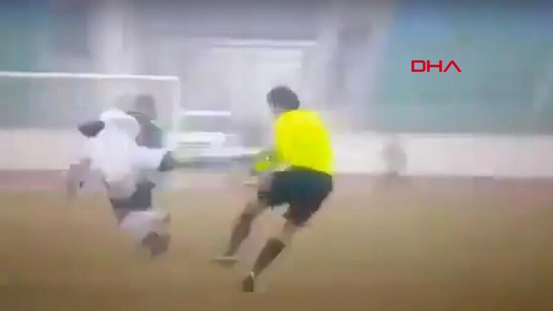 Özbekistan'da futbolcudan hakeme uçan tekme