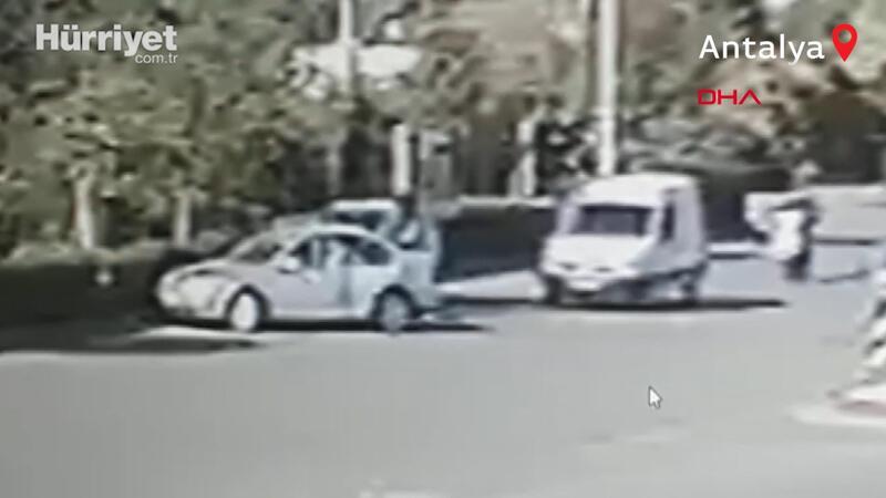 'Polis' olduğunu söyleyen kişi otomobille önünü kesip darbetti; saldırı anı kamerada