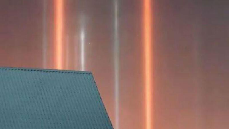 Rusya'da gökyüzünde beliren ışık sütunları izleyenleri büyüledi