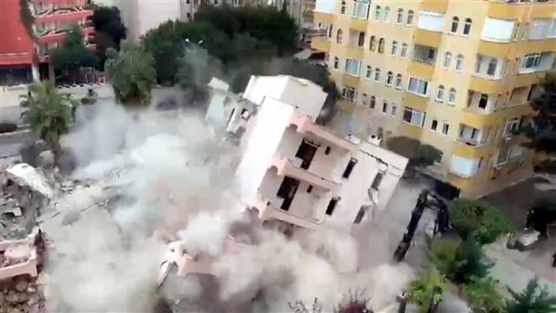 Kentsel dönüşümdeki binanın kontrollü yıkımı kamerada
