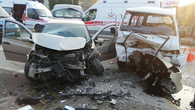 Sakarya'da feci kaza: Çok sayıda yaralı var