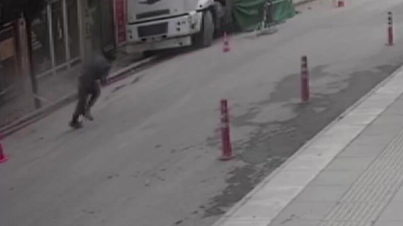 Elazığ'daki depremde kendisini aşağı atan şahıs kamerada