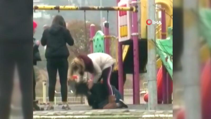 Genç kızı saçlarından tutup tekme tokat dövdü! Parkta dehşet anları