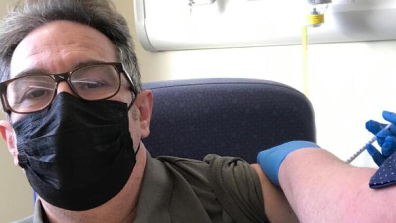 İngiltere'de Kovid-19 aşısı olan Türk doktor, aşı hakkında önemli bilgiler verdi