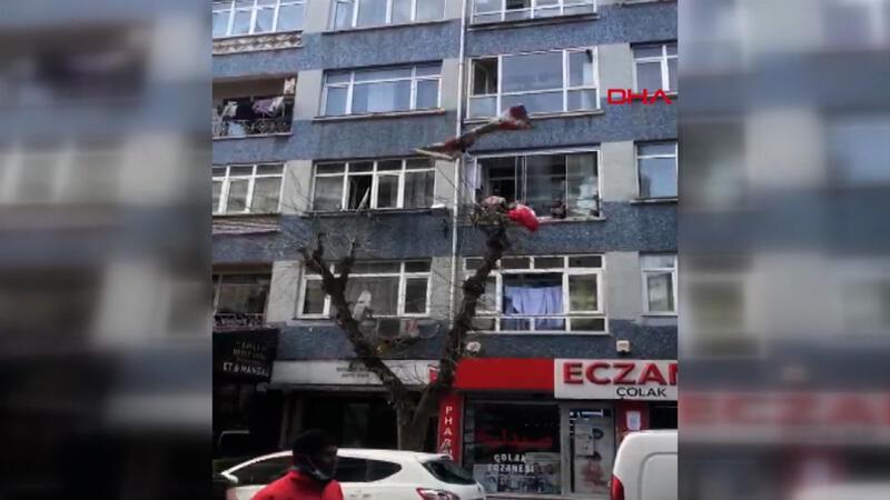 Yer Fatih... Eline ne geçirdiyse balkondan aşağı attı