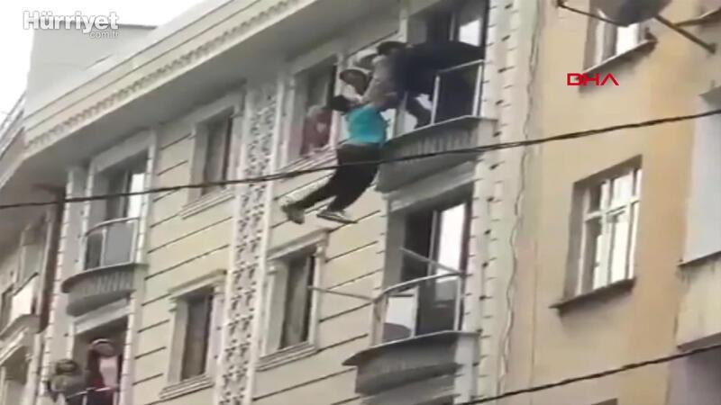Atlamak için pencereden sarkan kişiyi can havliyle kurtardılar