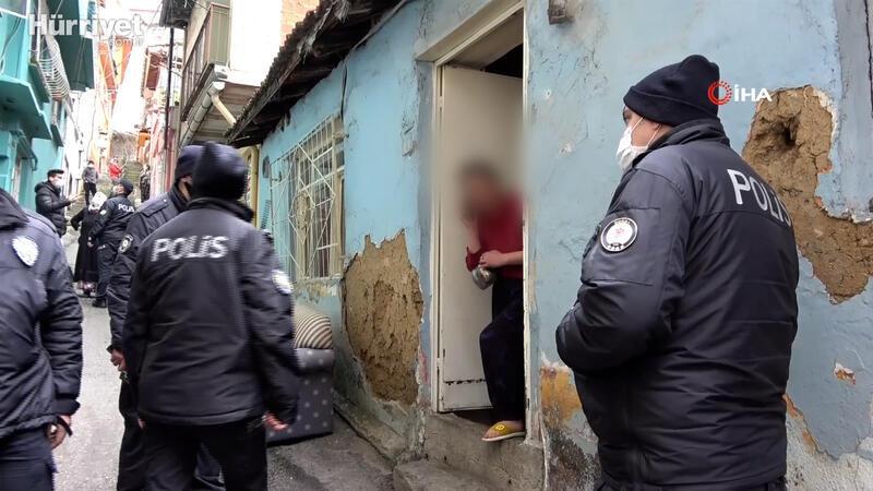 Kısıtlamada mahalleyi birbirine kattı, polislere çaydanlıkla direndi
