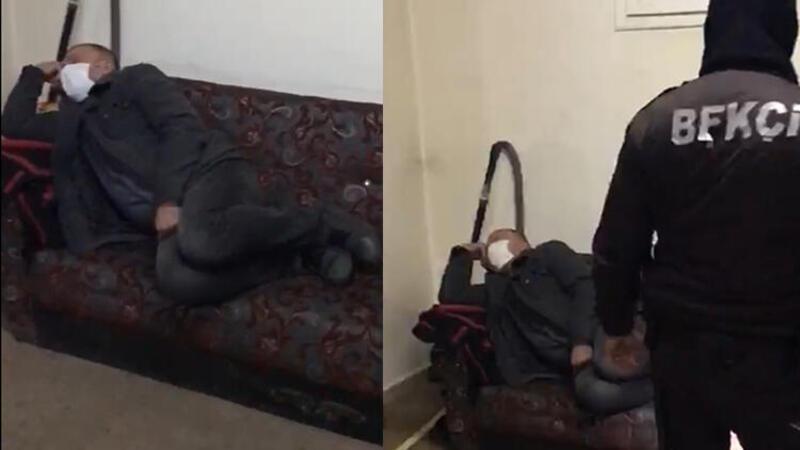 Polis ekiplerinin baskını sırasında bir kişinin, uyuyor gibi davranması kameralara yansıdı.