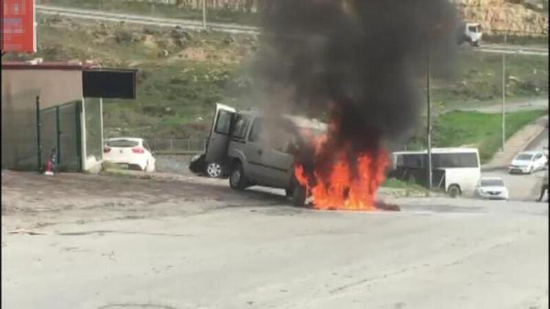 Başakşehir'de araç alev topuna döndü