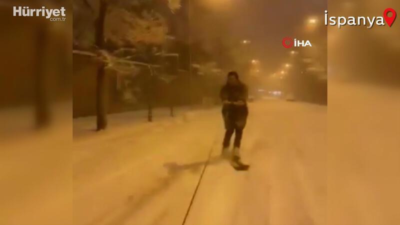 İspanya'da yoğun kar yağışı eğlenceye dönüştü