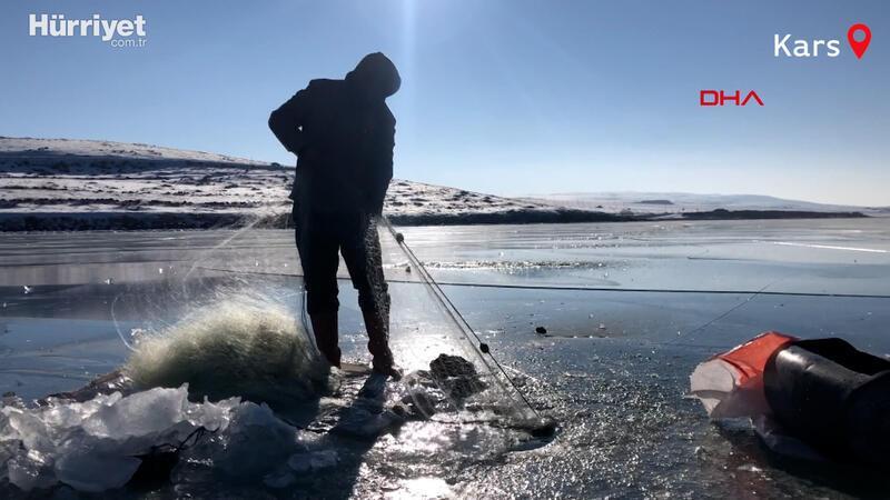 Buz tutan Çıldır Gölü'nde ailece Eskimo usulü balık avı
