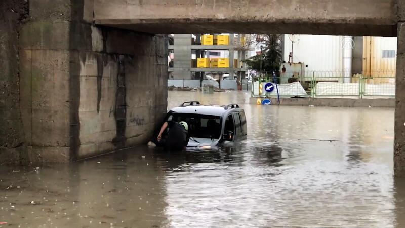 Edirne'de yarıya kadar suya gömülen aracın camından çıkan sürücünün aracını itfaiye kurtardı