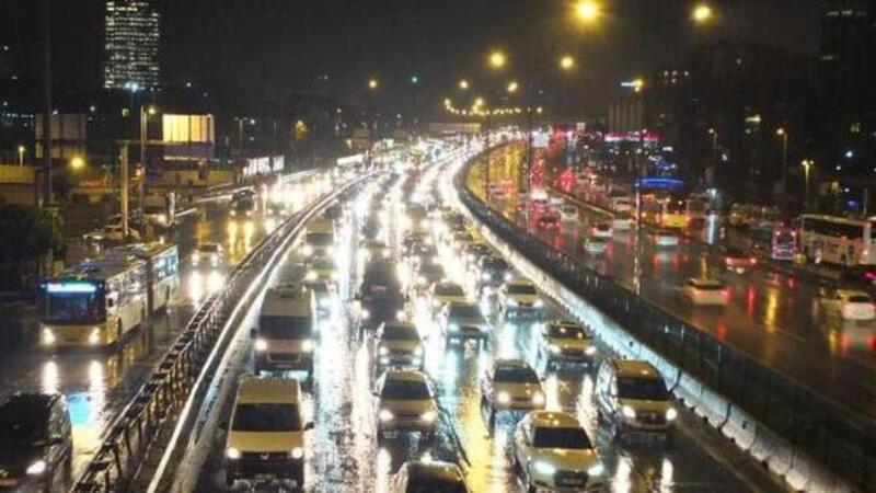 İstanbul'da trafik adeta kilitlendi