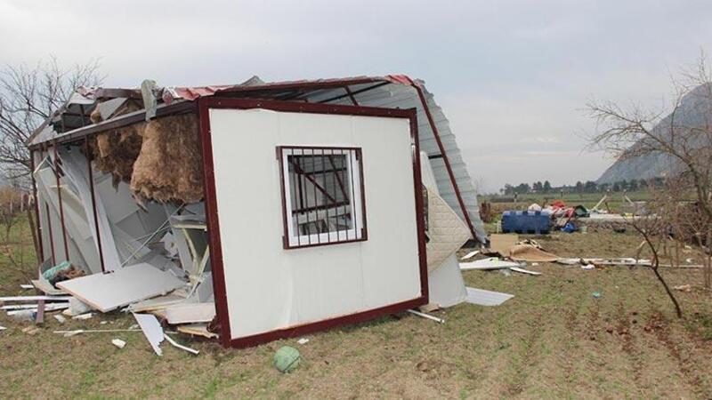 Fırtına konteyner evi 30 metre uçurdu: 2 yaralı