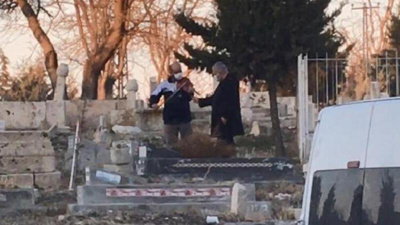 İlginç görüntü! Mezar başında keman çaldırdı