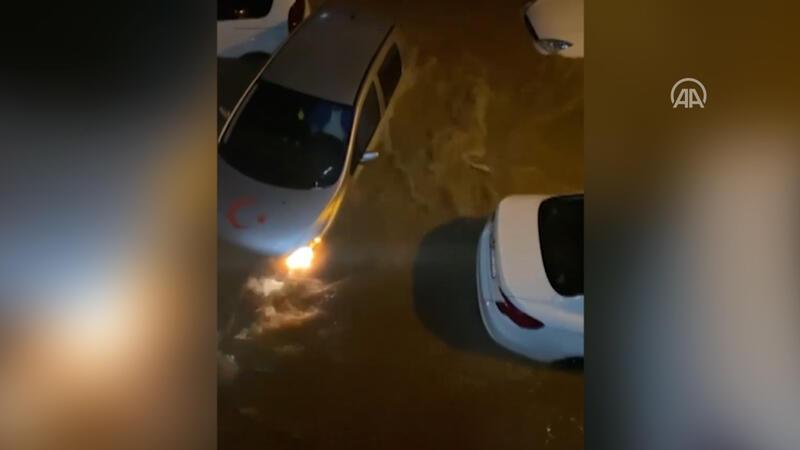 İzmir'de su taşkınında aracında mahsur kaldı böyle yardım istedi