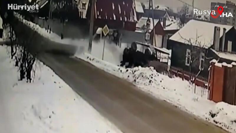 Feci kaza! Çarpışan araçlar evin bahçesine uçtu