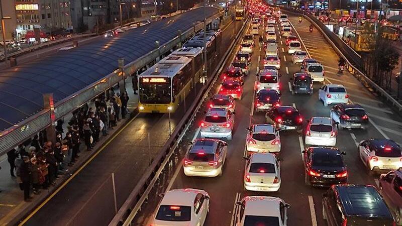 Sokağa çıkma kısıtlaması öncesi trafik yoğunluğu arttı