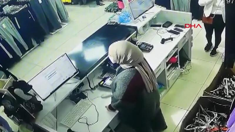 Güle oynaya hırsızlık yapmaya geldiler! Mağazada cep telefonu hırsızlığı kamerada