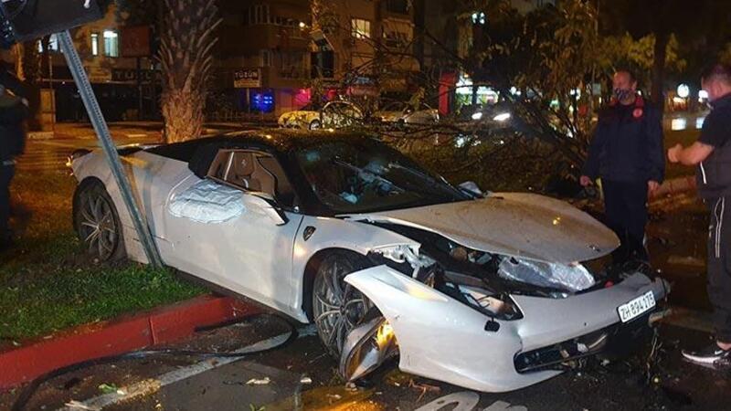 Antalya'da refüje çıkıp, ağaca çarpan lüks otomobildeki 2 kişi yaralandı