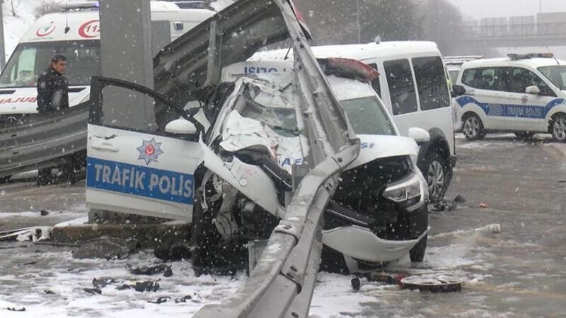 Beşiktaş'ta sivil polis aracı, trafik polisi  aracına arkadan çarptı