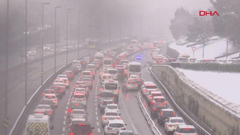 İstanbul'da kar yağışı etkisini arttırdı... Trafik yoğunluğu oluştu