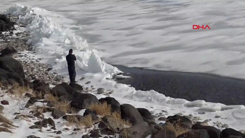 Çıldır gölünde buzun bir kısmı erdi; ortaya iki farklı manzara çıktı