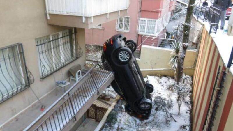 İlginç kaza! Apartmanın bahçesine uçan araç dik durdu