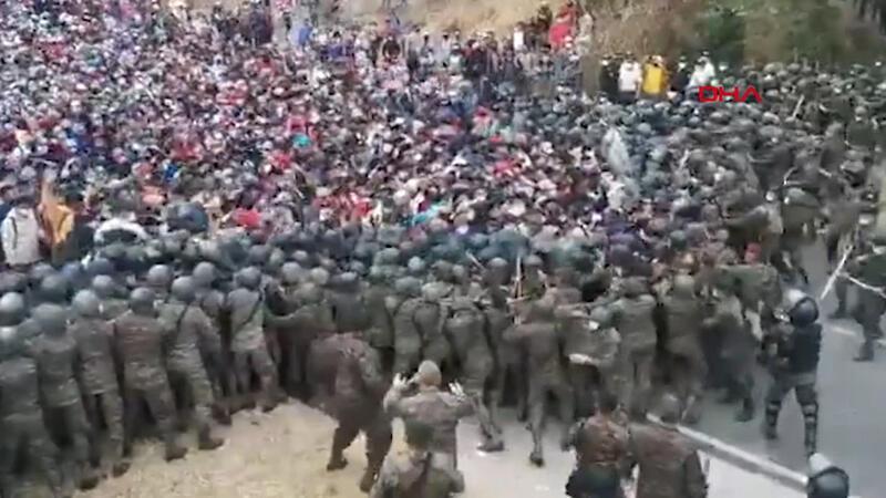 ABD'ye gitmeye çalışan binlerce göçmen ile Guatemala ordusu arasında arbede