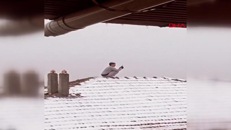 Kar fotoğrafı çekeceğim diye çatıya çıktı