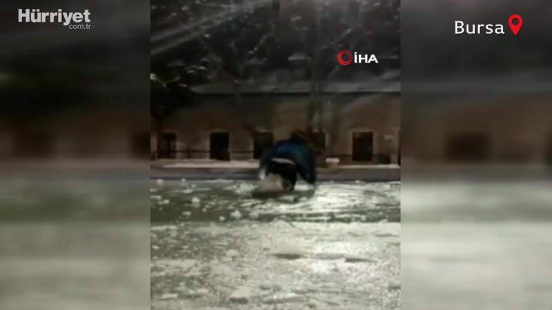 """Donmuş süs havuzu üzerinde """"yürürüm"""" iddiası hüsranla bitti"""