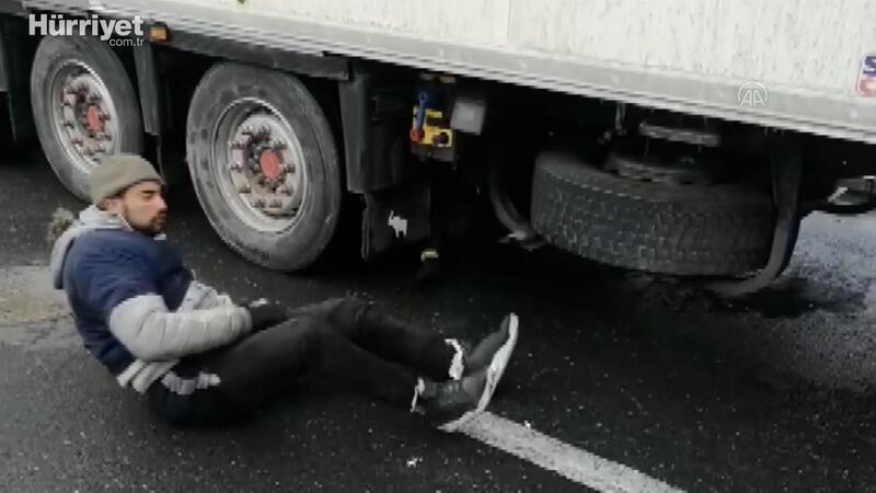 Türk polisinin dikkati, TIR'ların altına gizlenen düzensiz göçmenleri donmaktan kurtardı