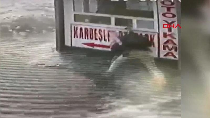 Buzlu yolda düşen babanın kucağındaki kızını kurtardığı anlar kamerada