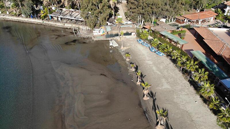 Ula ilçesindeki Akyaka sahilinde deniz suyu kıyıdan yaklaşık 20 metre çekildi