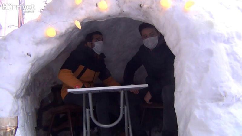 Kardan Eskimo evi yapıp içinde kahve içtiler