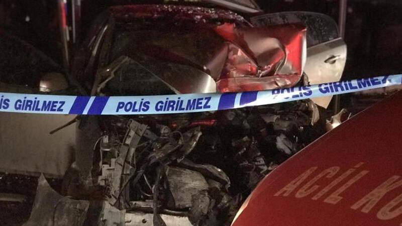 Bursa'da kontrolden çıkan otomobil önce otobüse çarptı sonra durağa daldı: Ölü ve yaralılar var