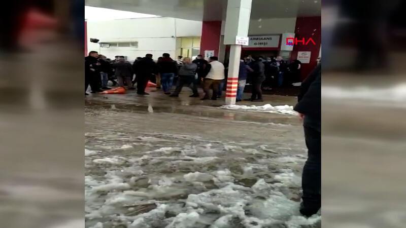 Bursa'da hasta yakınlarının hastane bahçesinde güvenlik görevlilerine saldırı anı kamerada