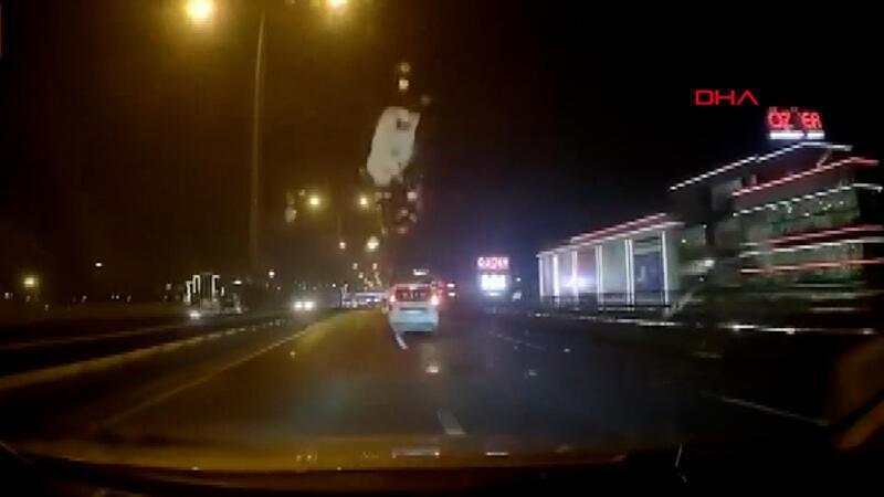 Önündeki otomobilin tavanından kopup fırlayan buz kütlesi aracının ön camına düştü