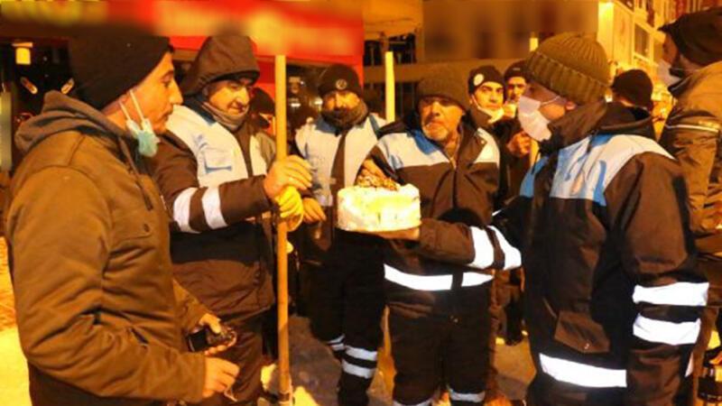 Erciş'te temizlik görevlisine pastalı doğum günü sürprizi