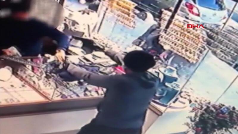 Çekmeköy'de kuyumcudaki silahlı gasp saniye saniye kameralara yansıdı