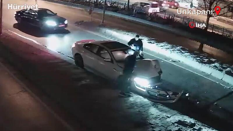 """İstanbul'un göbeğinde """"makas"""" kazası"""
