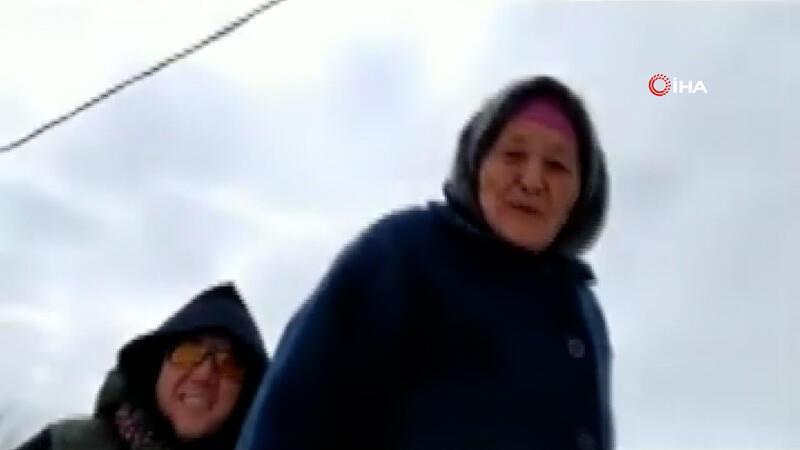 Kırgızistan'da 85 yaşındaki ninenin kayak keyfi sosyal medyada ilgiyle izlendi
