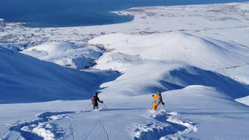 Van'ın Artos Dağı zirvesinde turistlerden kayak
