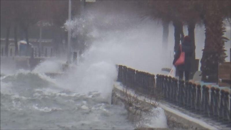 Silivri'de sabah saatlerinde başlayan fırtına nedeniyle dev dalgalar meydana geldi
