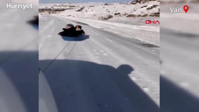 Tehlikeli eğlence! Aracın arkasına bağladığı leğenle çocuklarını kaydırdı
